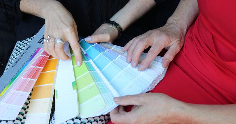Ewelina Korus van Interisfeer aan het werk, neemt de kleuren van een interieur door met een klant