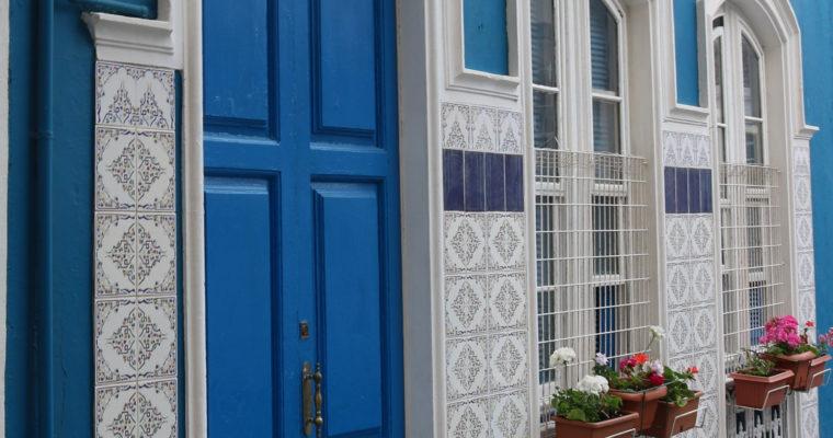 sfeerfoto Interisfeer, blauw huis met witte kozijnen en blauwe voordeur