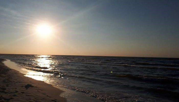 zon schijnt boven de zee en het strand, licht van de zon, welke Interisfeer gebruikt als inspiratie